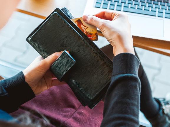 財布からクレジットカードを出している画像