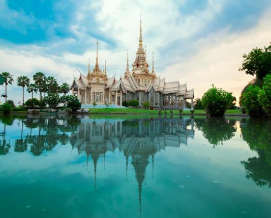 水辺にあるタイの寺院
