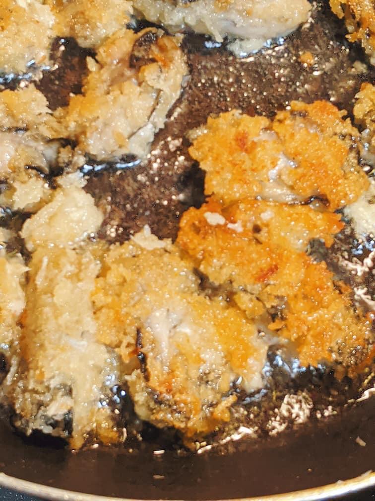 少なめの油で牡蠣を揚げている画像