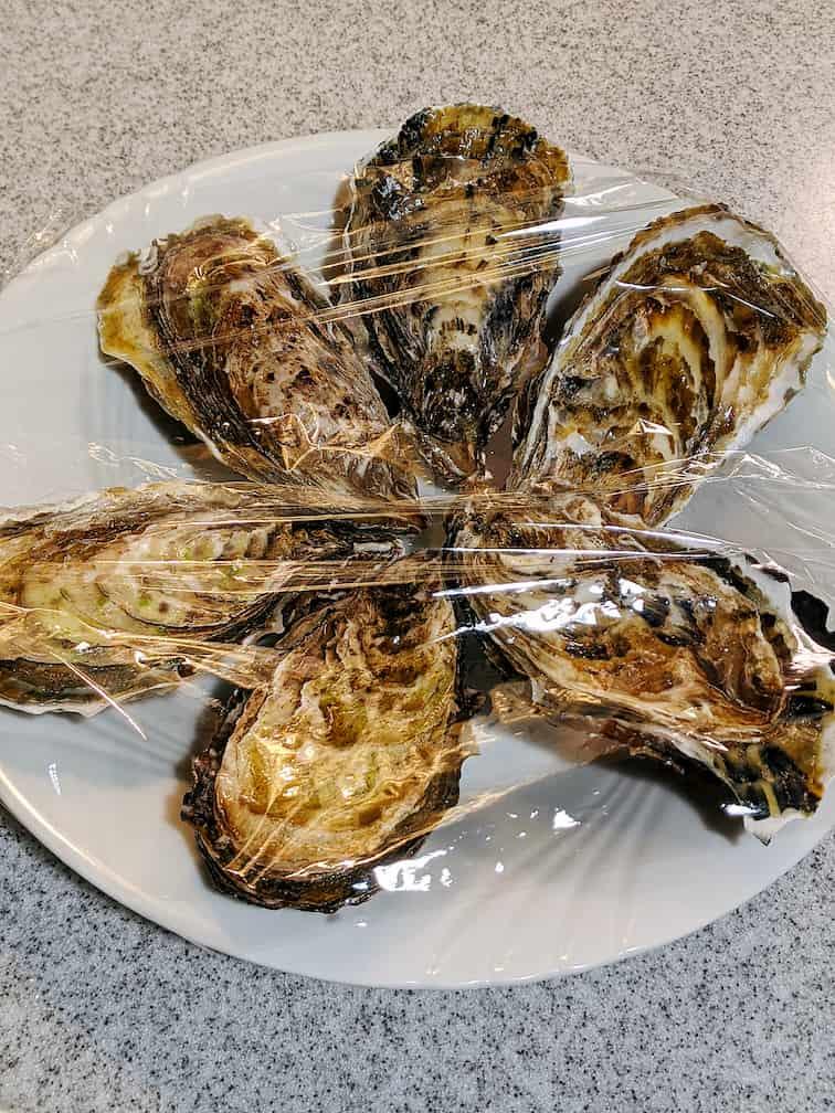 牡蠣6個を入れたお皿にラップをかけた画像