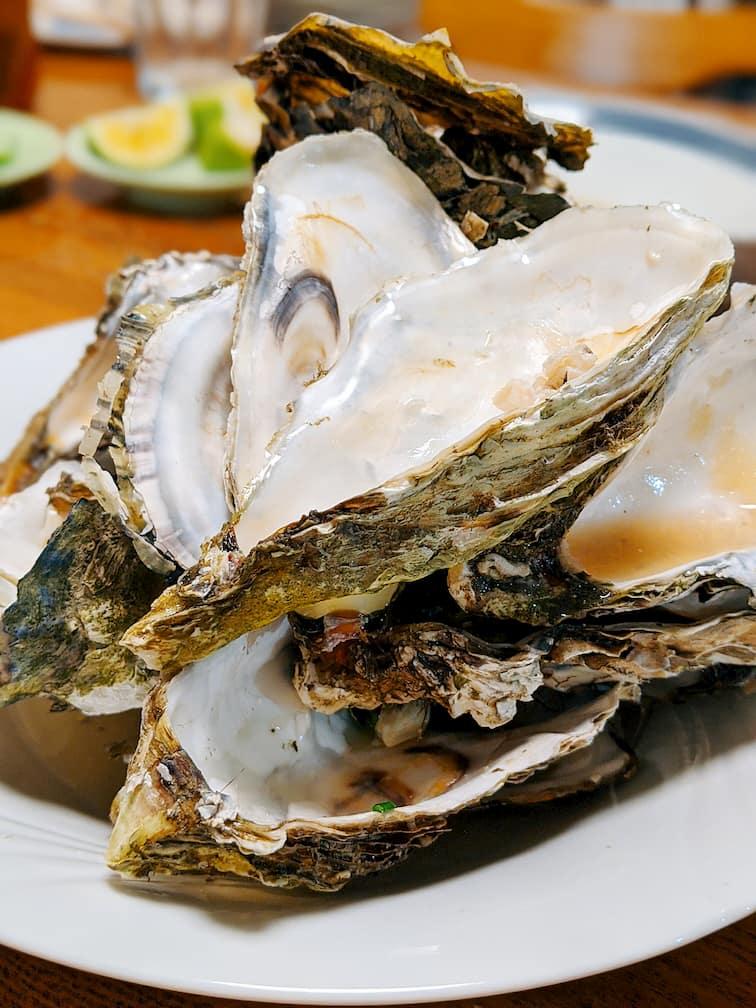 食べた後の牡蠣の殻が山積みになっている画像