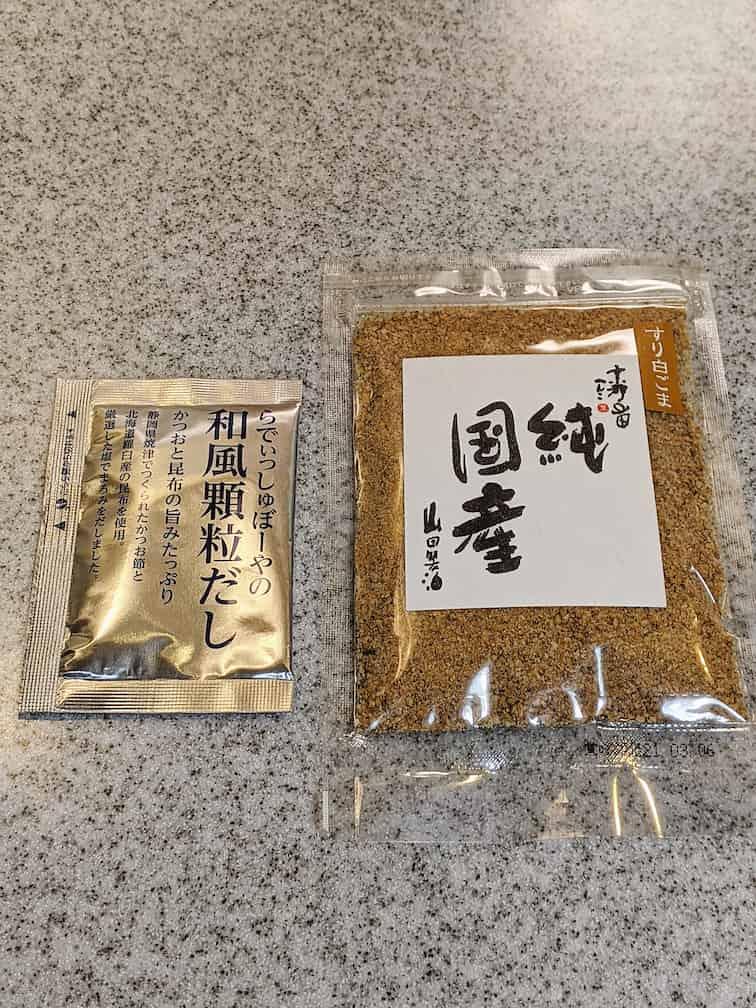 左に和風顆粒だしの小袋1つ、右に純国産すりごま1袋の画像