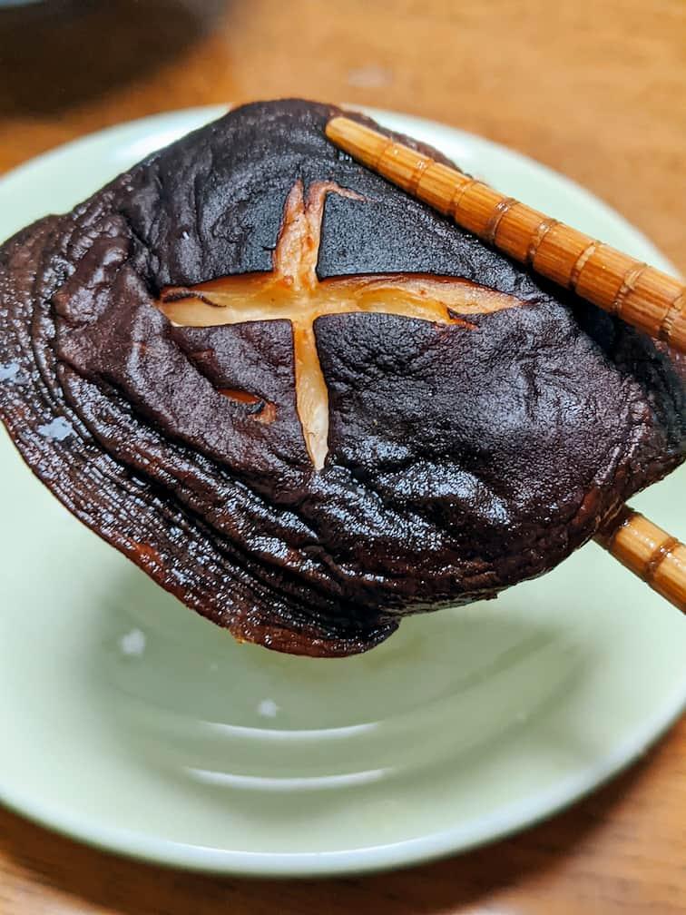 しいたけステーキ1枚を箸上げしている画像