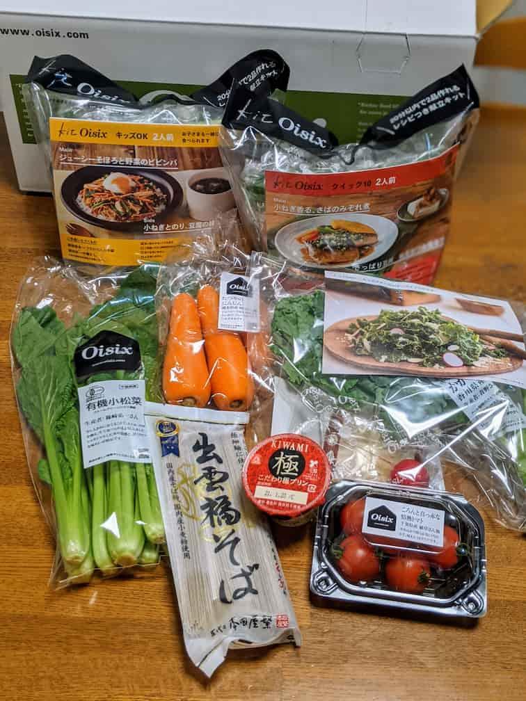 オイシックスおためしセットの中身の画像キットオイシックス3種と小松菜、にんじん、ミニトマト、そば、プリンの画像
