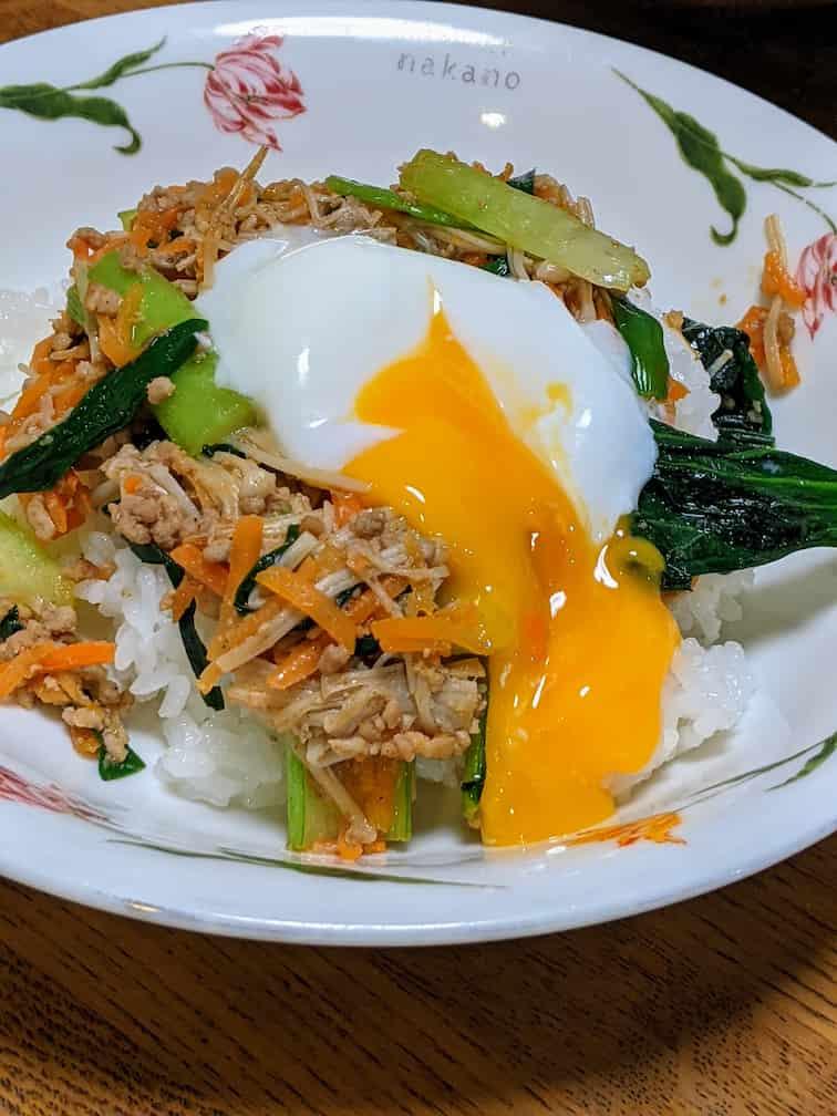オイシックスのビビンバ完成画像 ひき肉と野菜のビビンバ温玉のせの画像