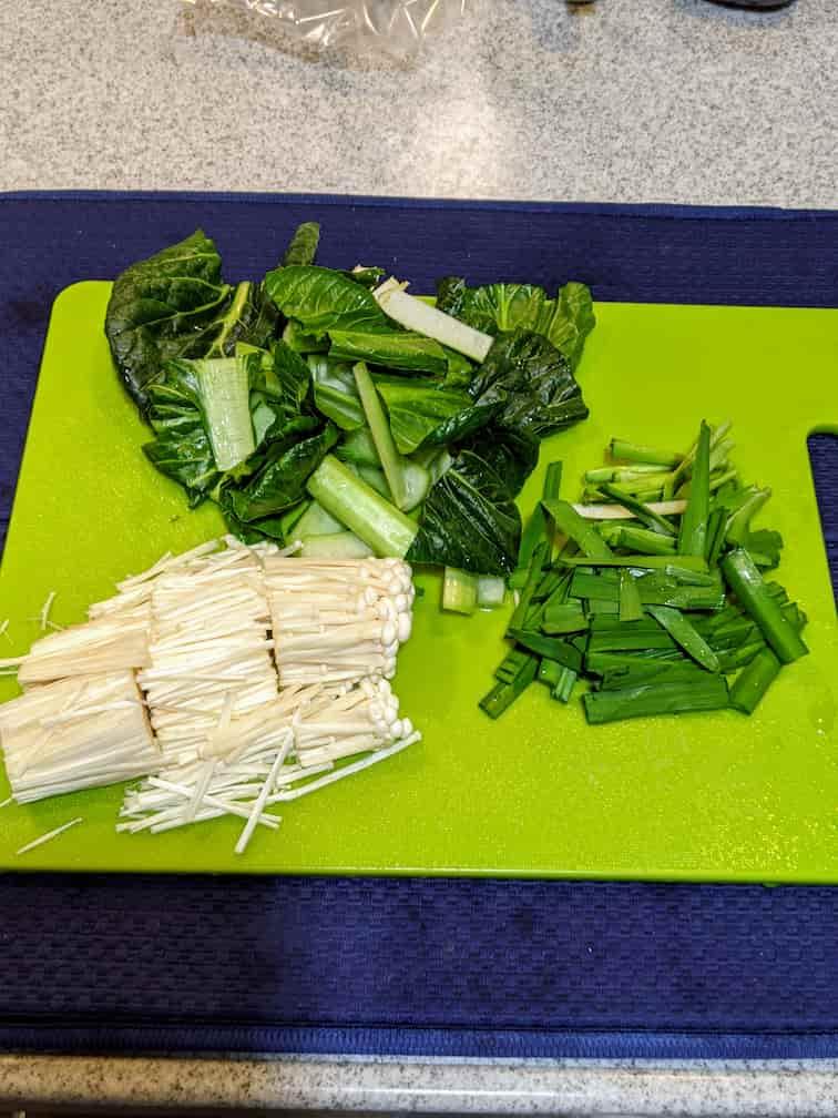 キットオイシックスビビンバカットが必要な野菜 小松菜・にら・えのきをまな板の上でカットした画像