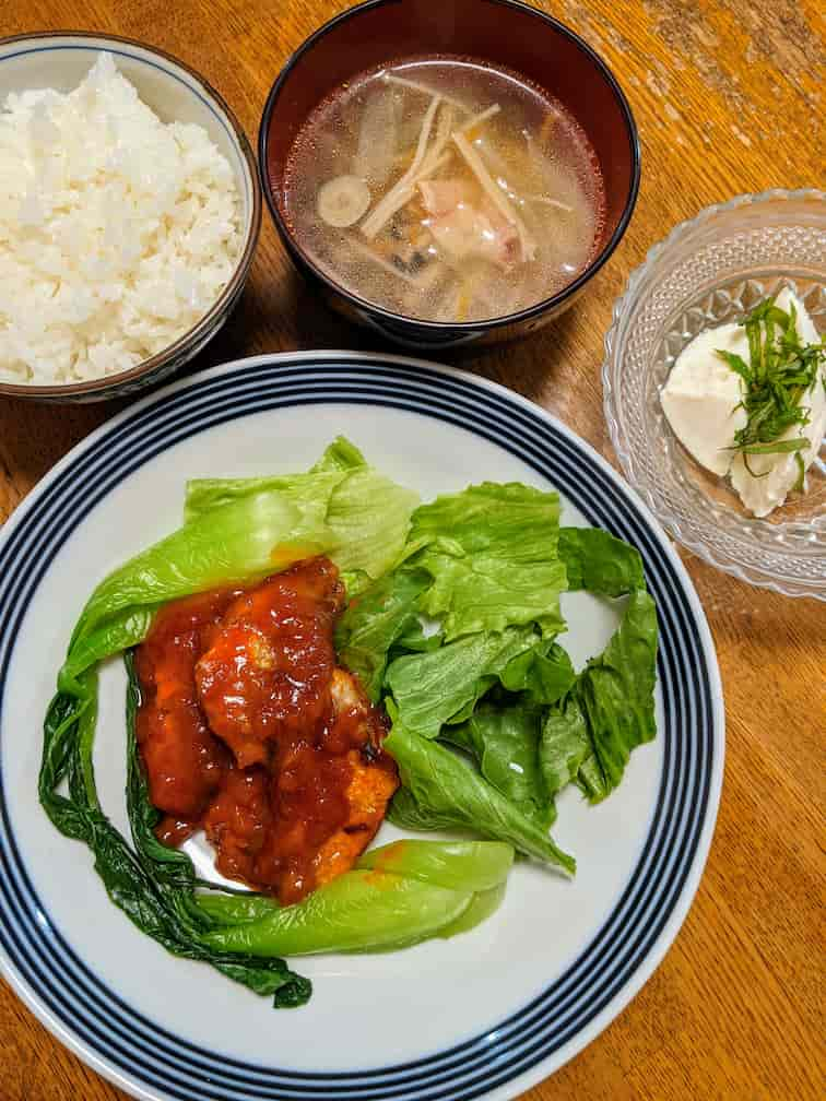 あじ竜田のマイルドチリソース、ご飯、スープ、オイシックスの山芋寄せ豆腐の画像