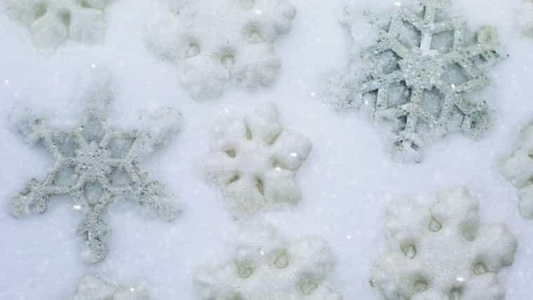 雪の上に形作ったいろいろなパターンの雪の結晶の画像