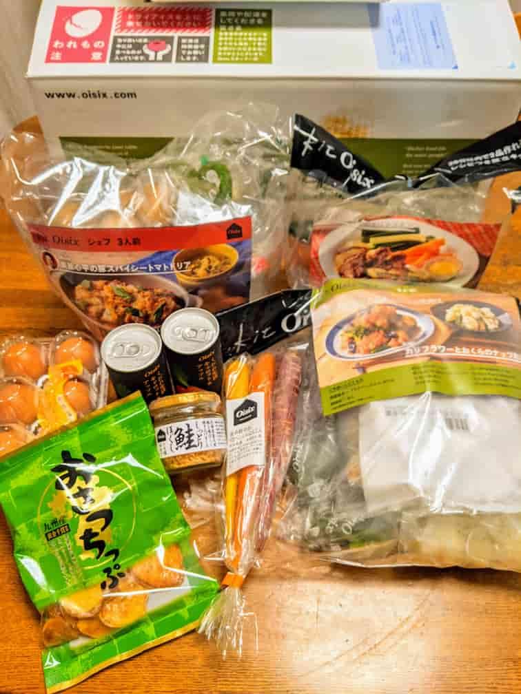 オイシックスの注文品 キットオイシックス3袋、卵6個入り、いも満月、缶ジュース2本、鮭フレーク、人参1袋の画像