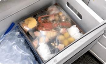 オイシックスおせちを冷凍庫に入れている画像
